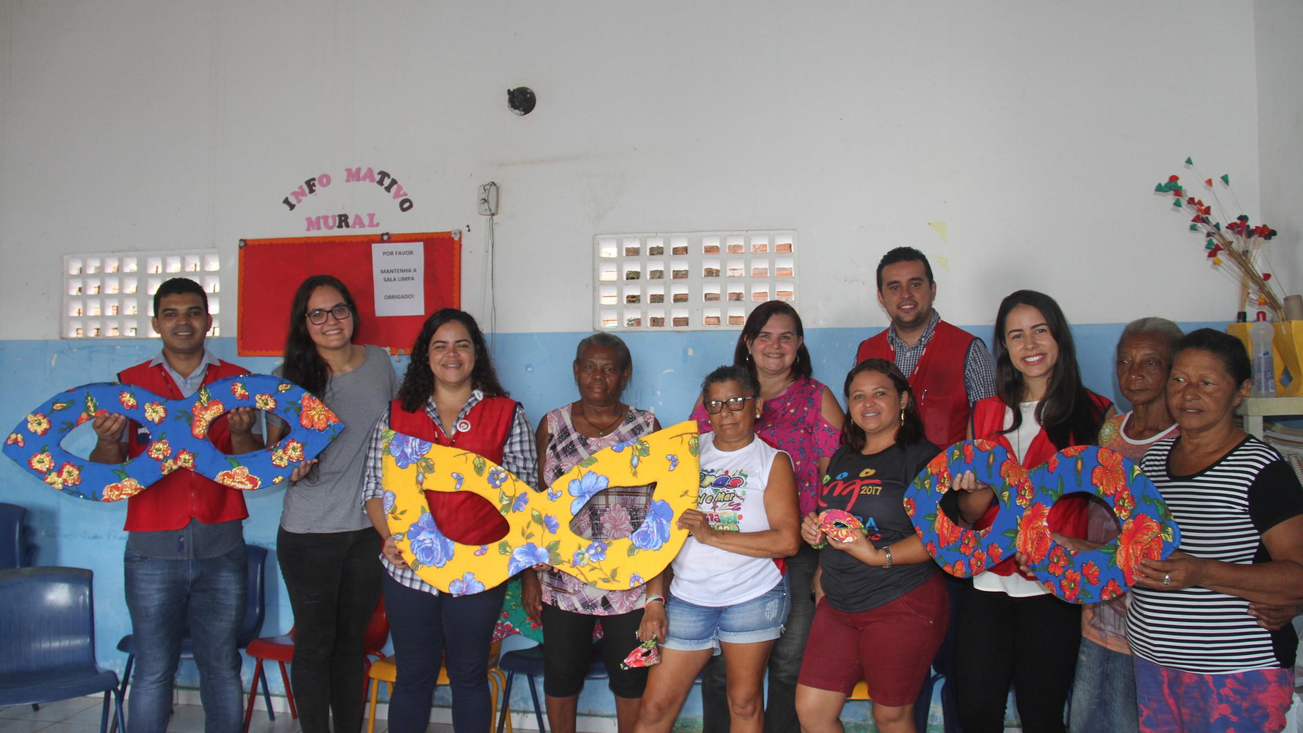 Os representantes da Potiguar Anderson Penha, Thaylana Sousa , Adriano Pestana e Camila Brasil e com o grupo de idosas do Sol e Mar que aprenderam a confeccionar máscaras recicladas com patrocínio da empresa.