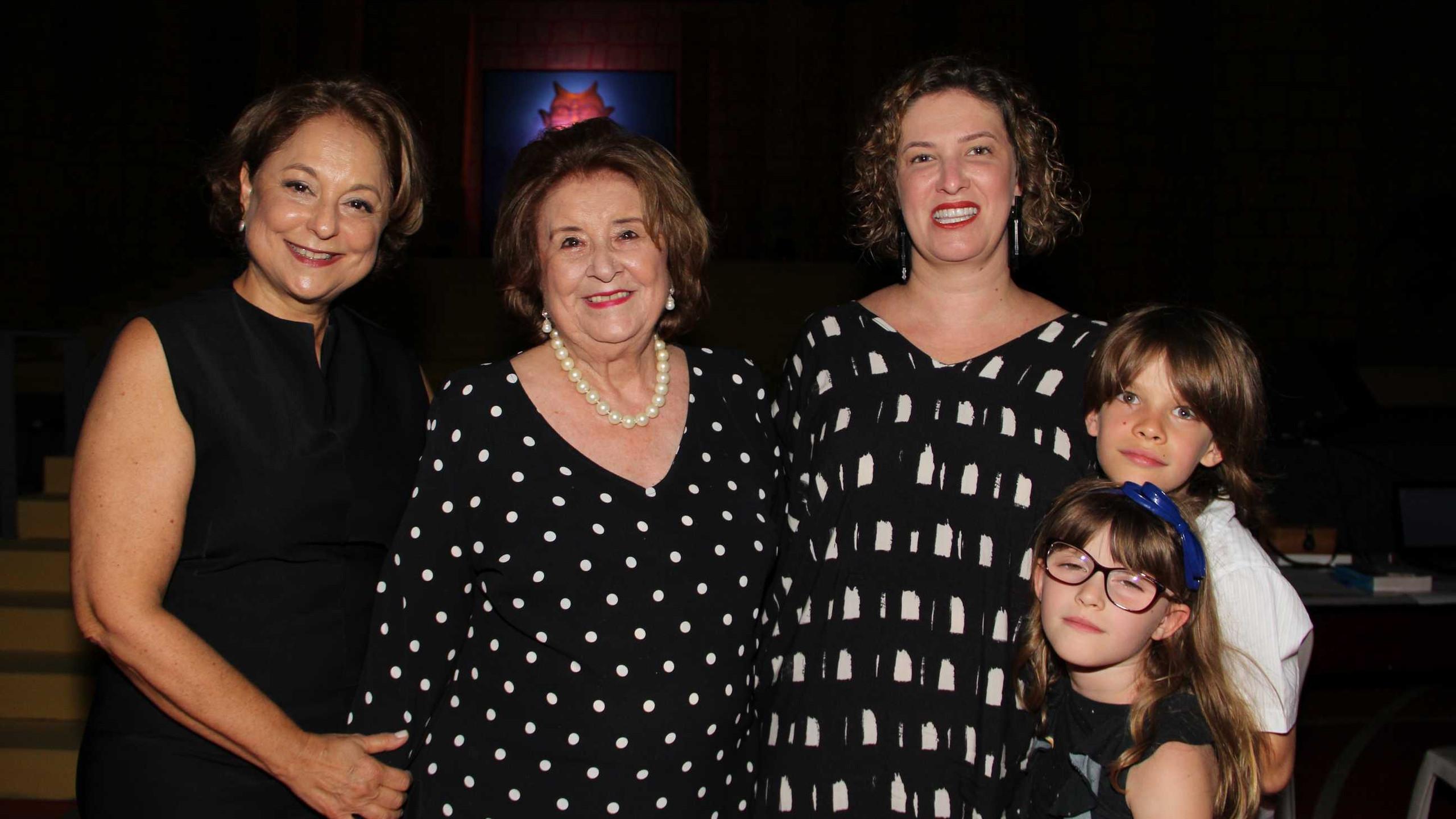 Ceres e D. Maria Izabel recebendo Carolina Marra (da Anima Educação de BH) com os filhos Lucas e Sara Moraes.