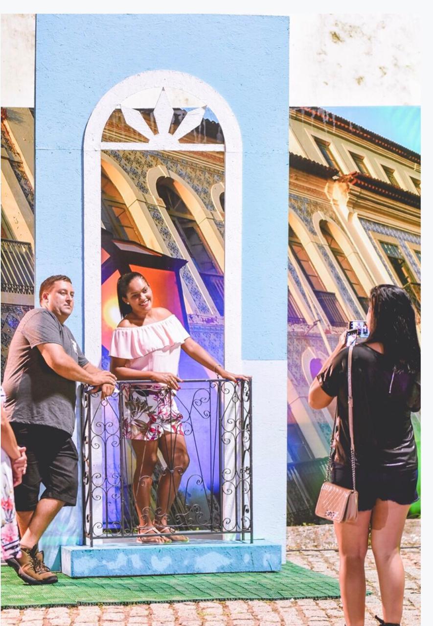 Turistas em visita ao Arraial aproveitam para fazer fotos cenográficas com elementos da rica cultura popular maranhense.