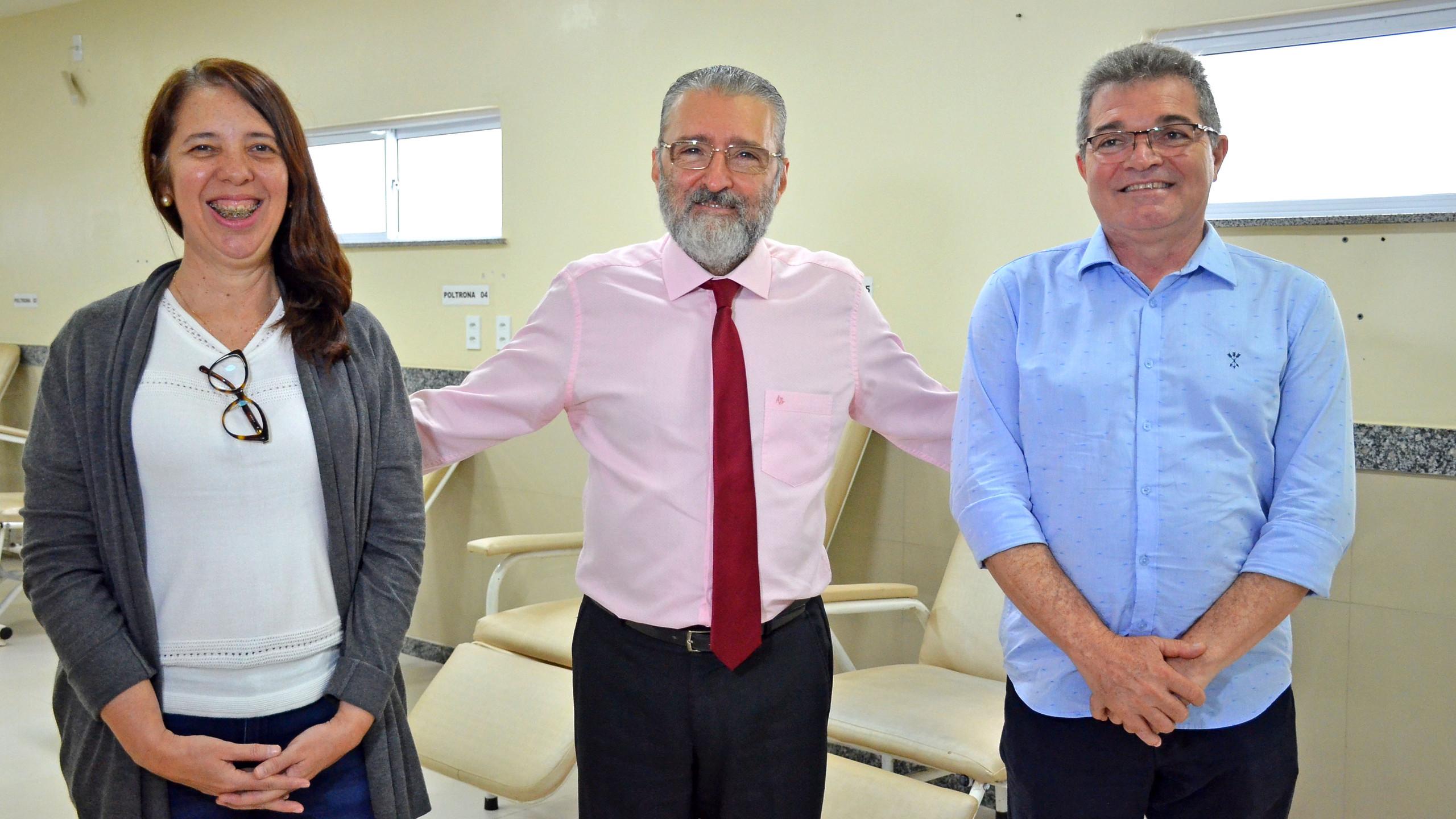 A Secretária Flávia Alexandrina (SEGEP) com o Dir. geral do HSLZ Plínio Tuzzolo e o Sub-Secretário21Adilon Arruda Leda Filho.