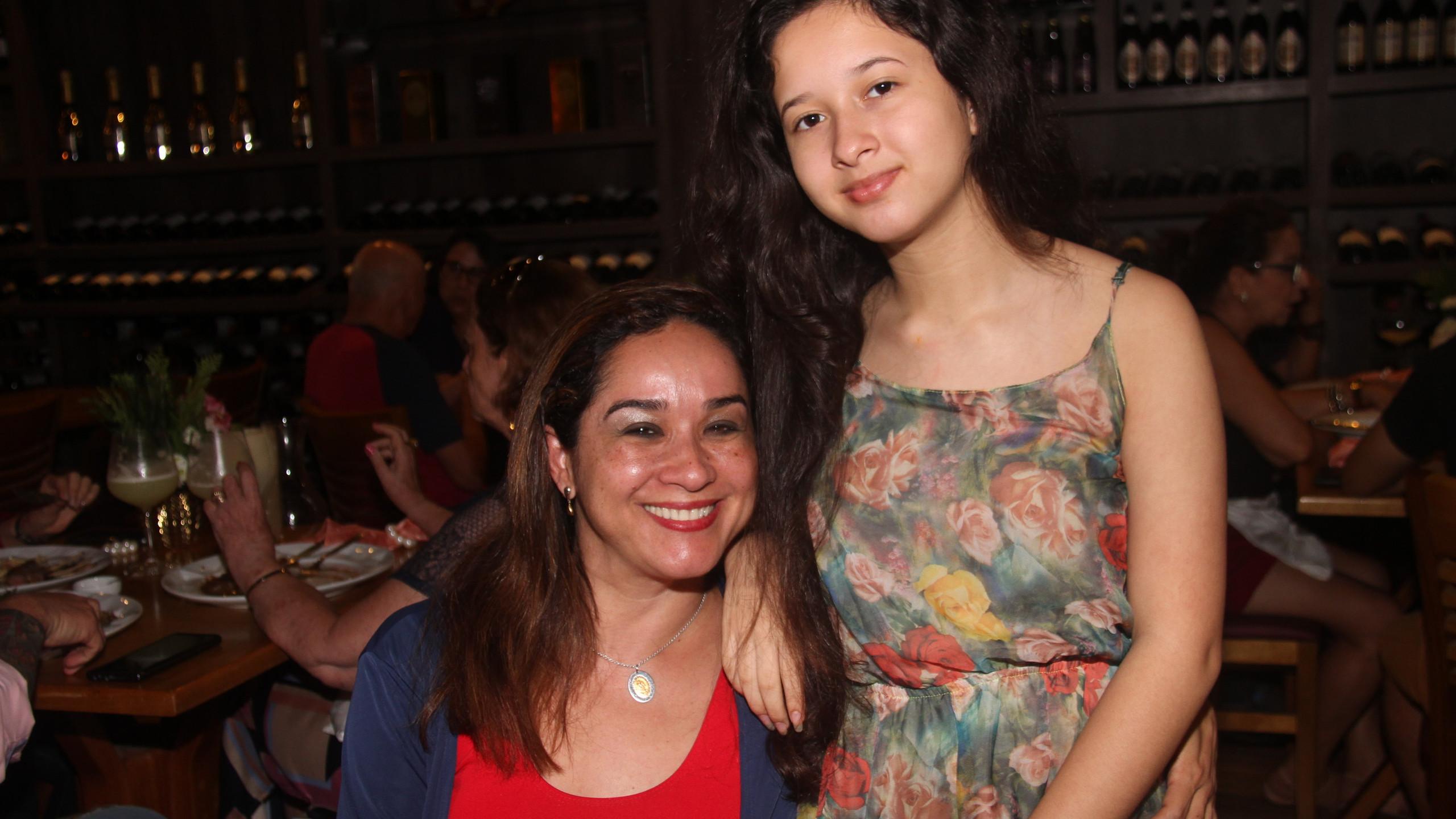A psicóloga Artenira Silva com a filha Laila.