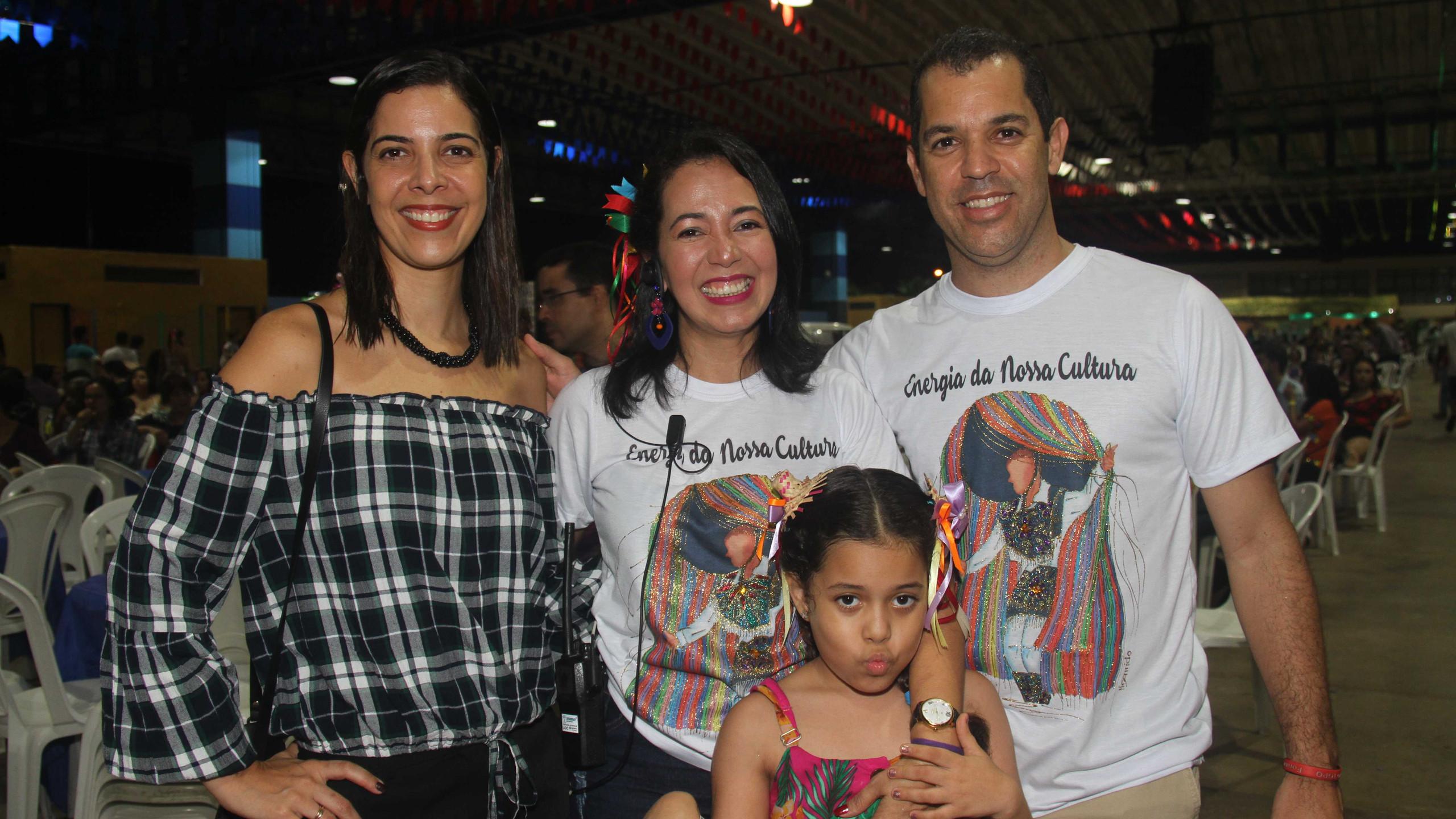 Érica Andrade e Carlos Hubert entre Luana Furtado com a filha