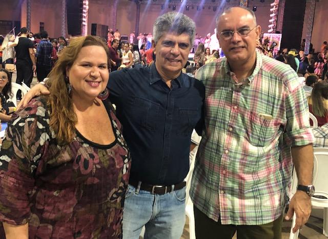O Presidente da Holding da Equatorial Energia Augusto Miranda entre Danielle Vieira e José Domingues Neto.