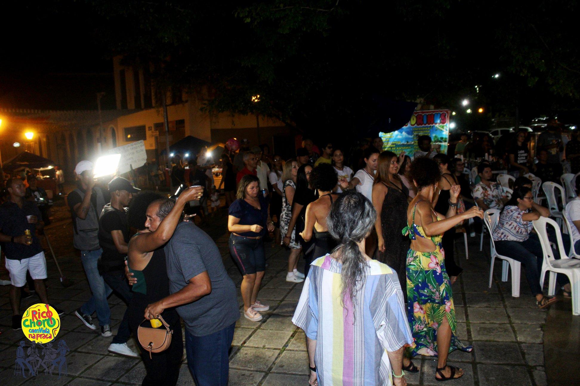 O público do projeto, cada vez maior a cada edição, interagiu com os artistas na estreia que aconteceu na Praça da Fé.