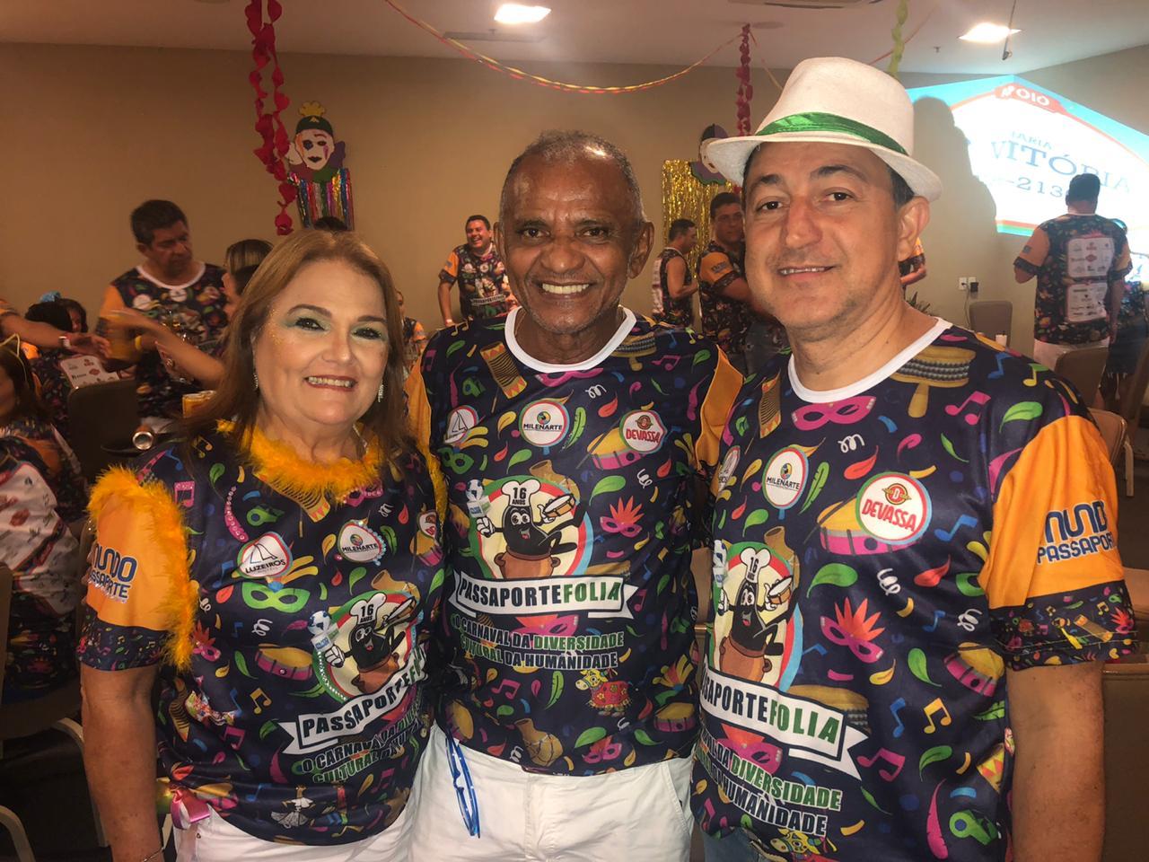 Julieta Ramos e Reginaldo Silva (Folhagem) com Júlio César.