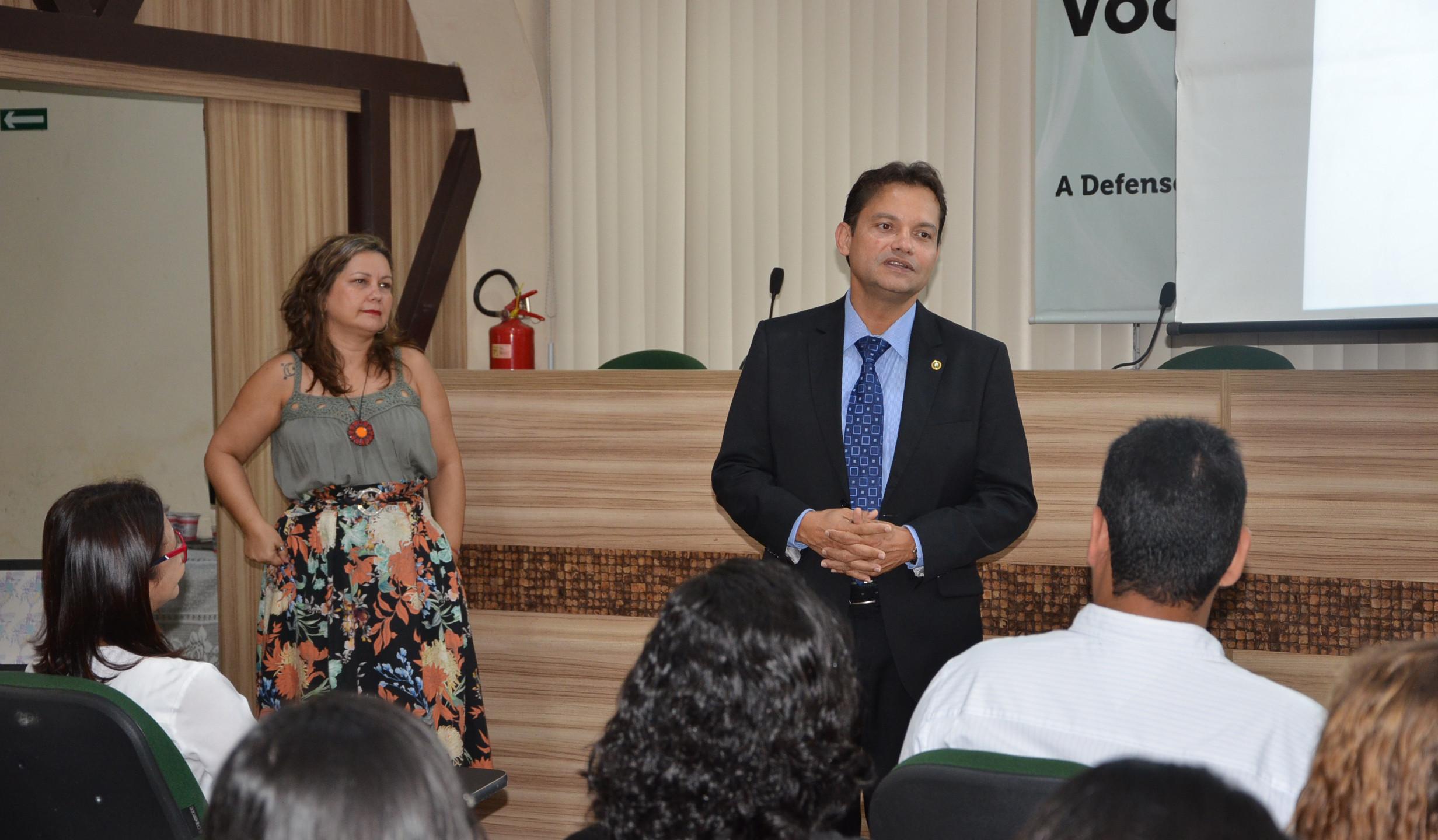 O defensor-geral Werther Lima Junior fala da importância do plantão psicológico em reunião com equipe da Ufma e do Pitágoras