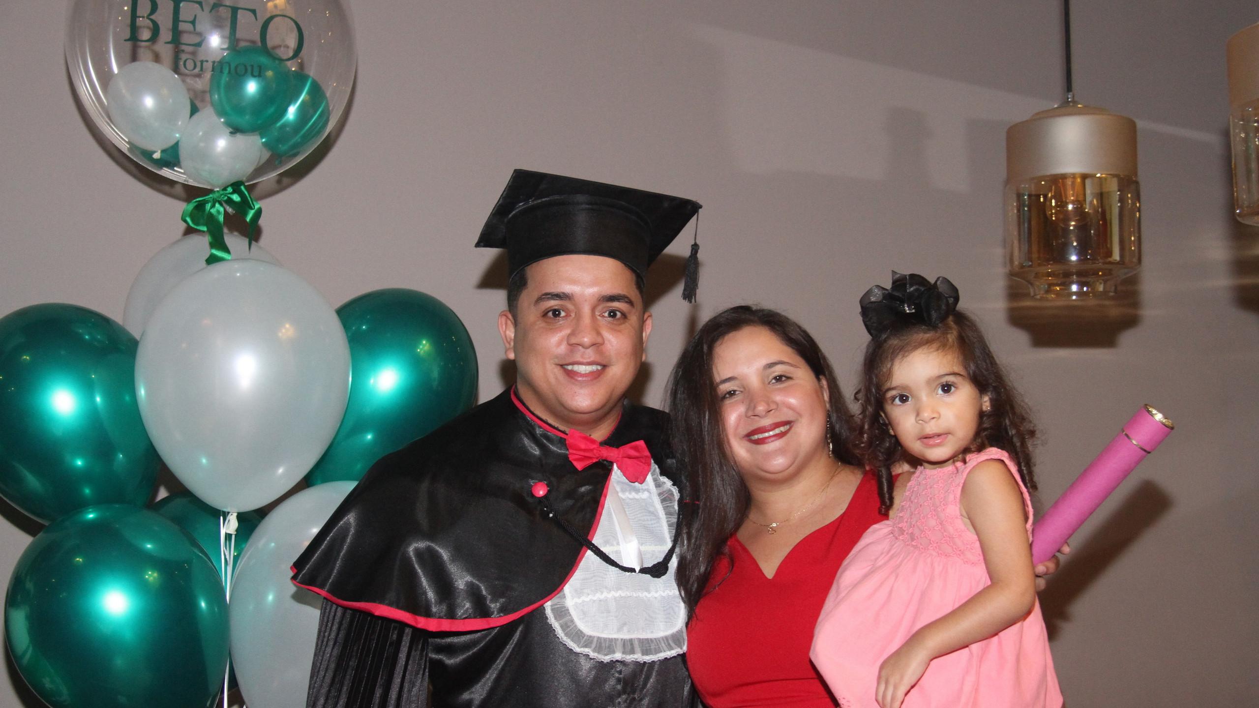 Beto Soares com Helena Souza e a pequena Beatriz.