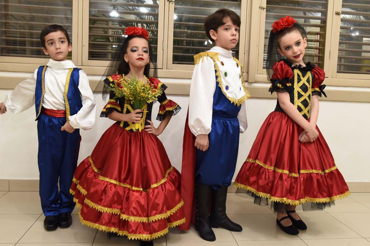 Alguns alunos do Dom Bosco que encenaram a ópera Carmen, de Bizet.