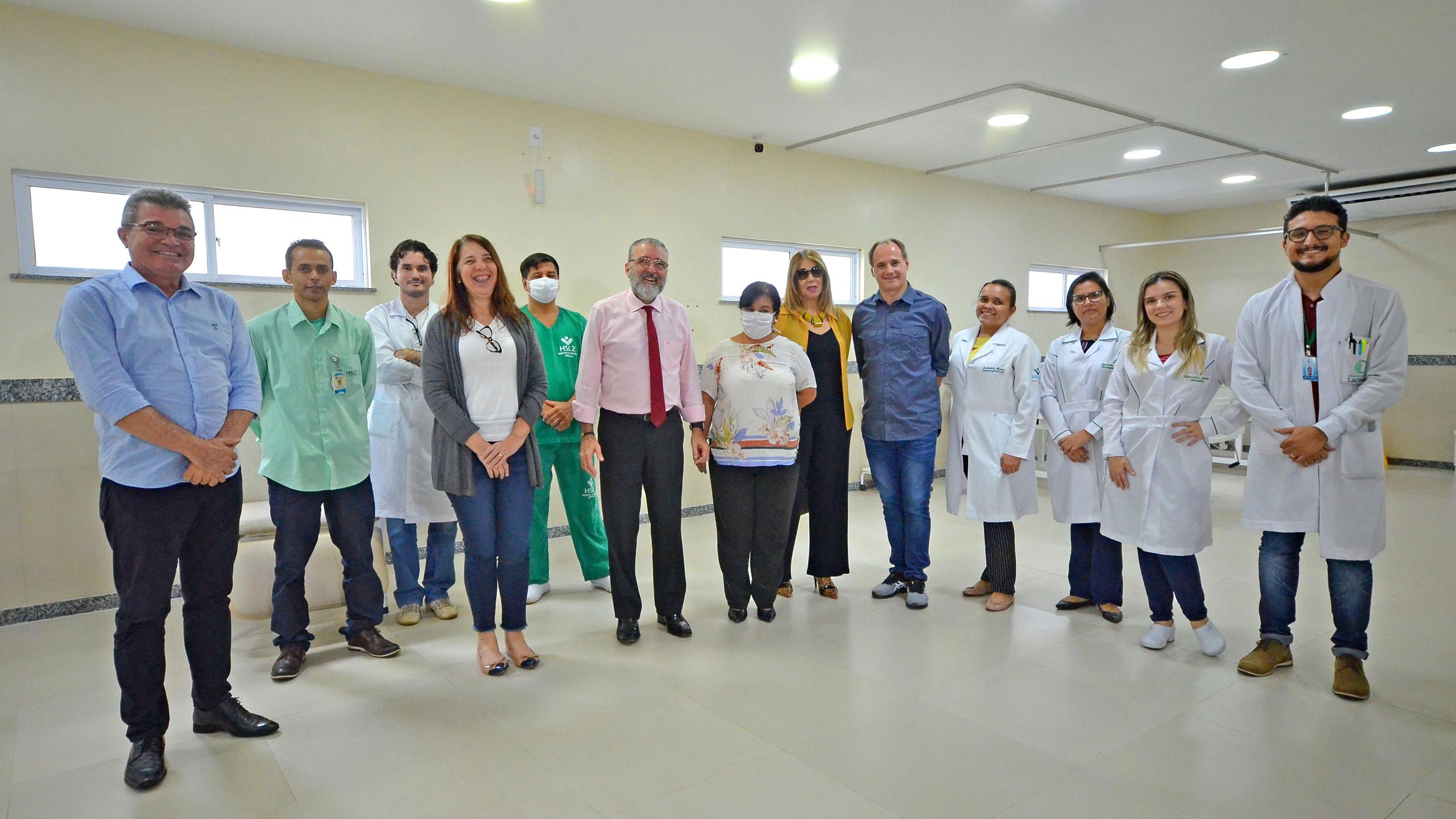 A Secretária Estadual de Gestão, Patrimônio e Assistência dos Servidores (SEGEP) Flávia Alexandrina com parte da equipe multidisciplinar do Hospital dos Servidores à frente das novas unidades de Triagem e UTI para Pacientes com Covid-19.