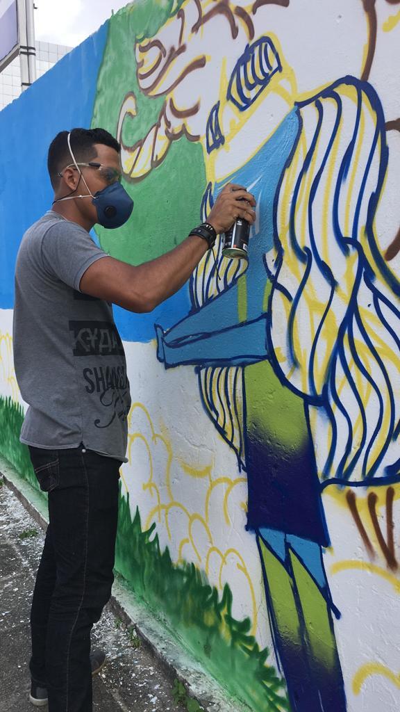 """Aluno criando mural em uma das edições do projeto """"GrafitArte com a Comunidade"""" da BRK Ambiental no Maranhão."""