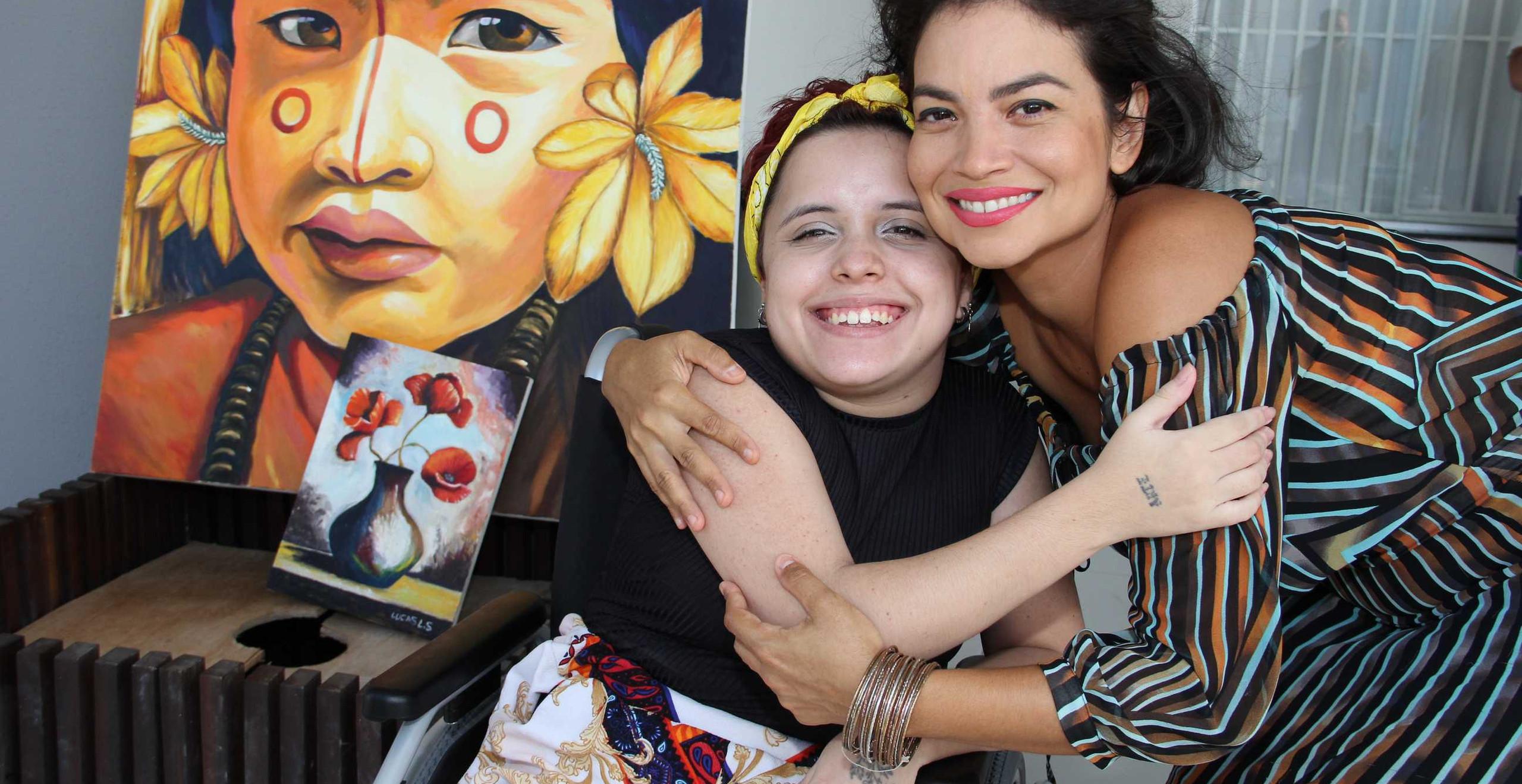 A bailarina Luana Sousa recebendo o carinho da cantora.