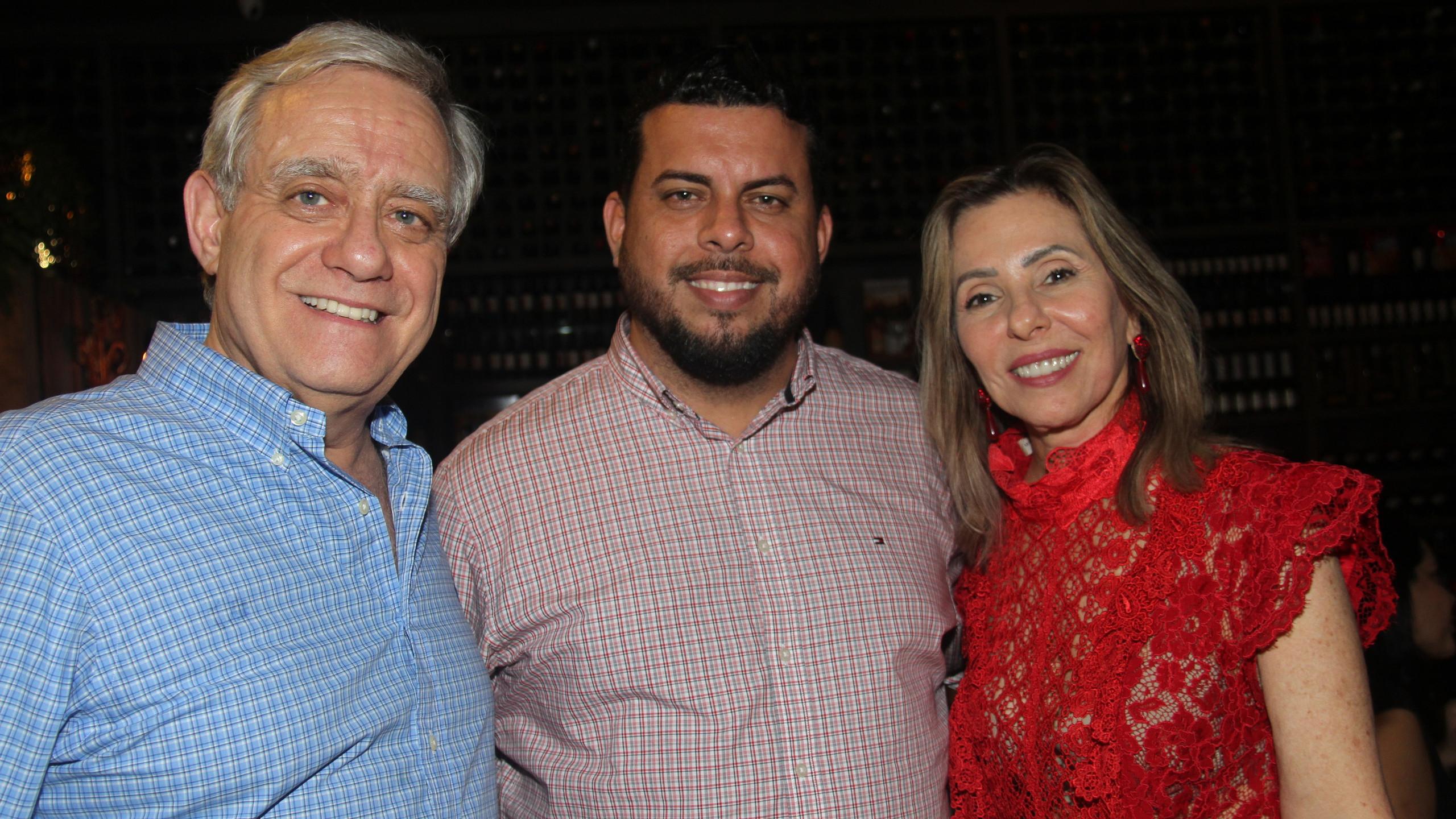 César Santos e Clara Moreira com o anfitrião da Villa do Vinho Werther Bandeira.