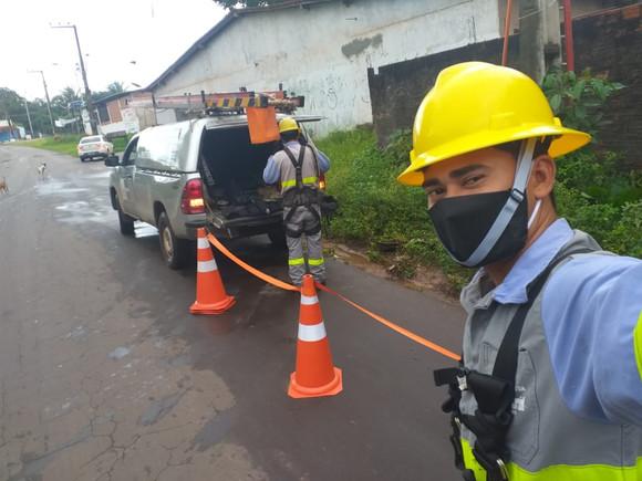Trabalhadores atuam na linha de frente para manter a  energia elétrica nos lares e centros de saúde