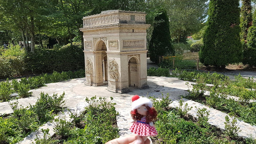 Park France Miniature - Arc de triomphe Paris, small rag doll, pretty paris fabric doll,  Park France Miniature - Arc de triomphe Paris, petite poupée de chiffon, jolie poupée de tissu paris
