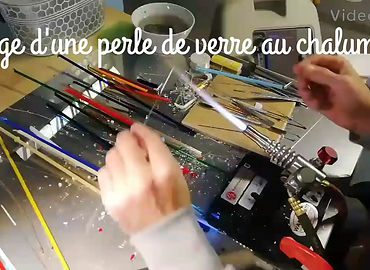 Voici comment fabriquer une perle en verre filé au chalumeau pour réaliser des bijoux en verre et argent