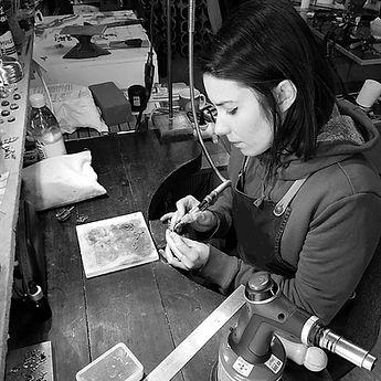 Adeline à l'établi fabrique des bijoux e