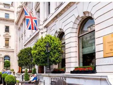 Covid-19: India arrivals begin UK hotel quarantine