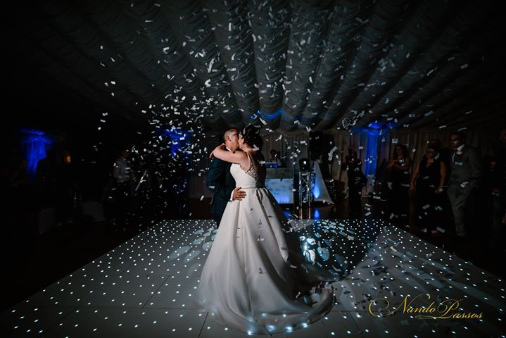 First dance with confetti canons