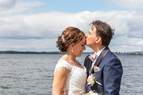 Bröllopsfotografering, Brudtärnor, Bröllop, Brudklänning, Brudbuket, kyss