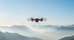Drone sobre as montanhas