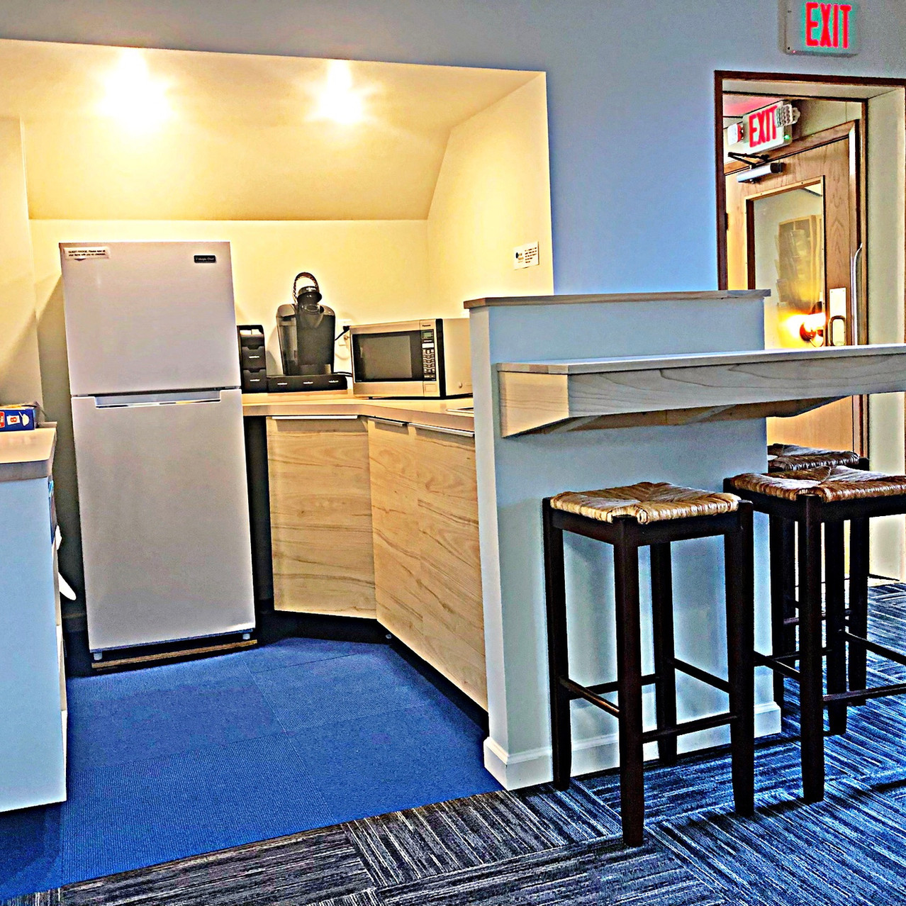 Common Kitchenette and Breakfast Bar