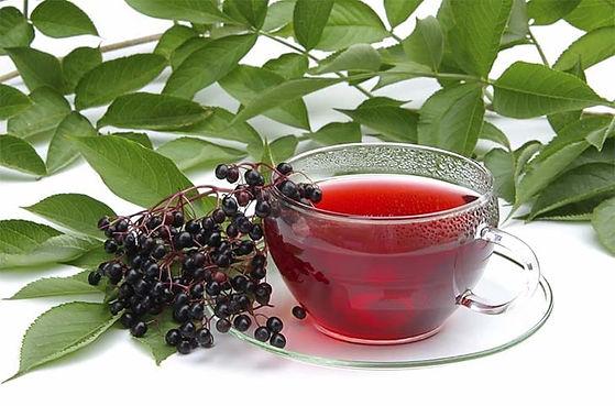 Чай с листом черной смородины и ягодами.