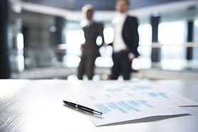 Dokumente und Unscharfe Geschäftsleute