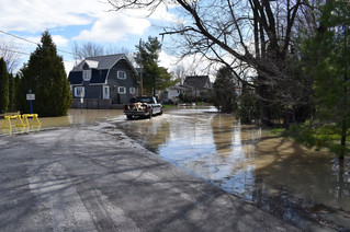 Inspectors meeting with Rigaud flood victims
