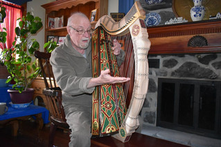 Plucking the strings of a traditional Irish harp in Vaudreuil-Dorion