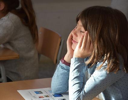 Nena a l'aula.jpg