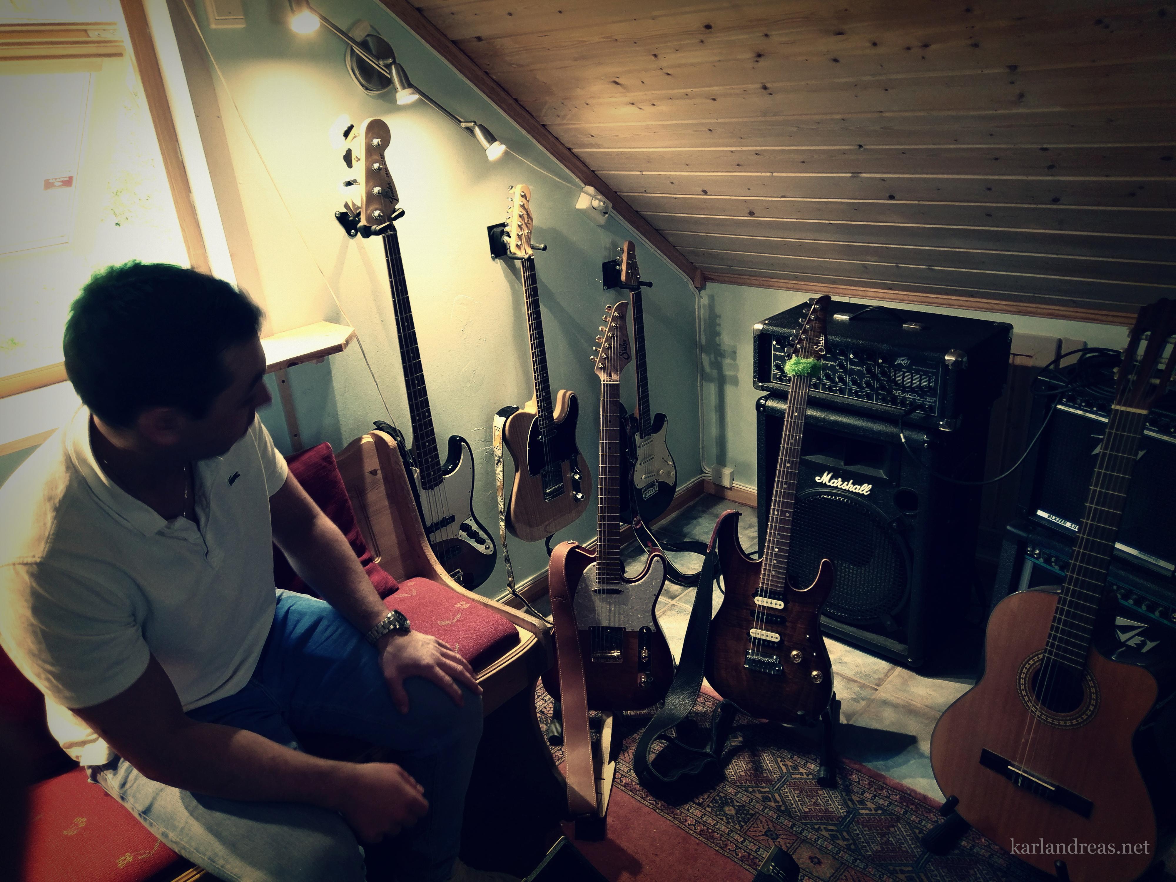 Chris med medbrakte gitarer i studio