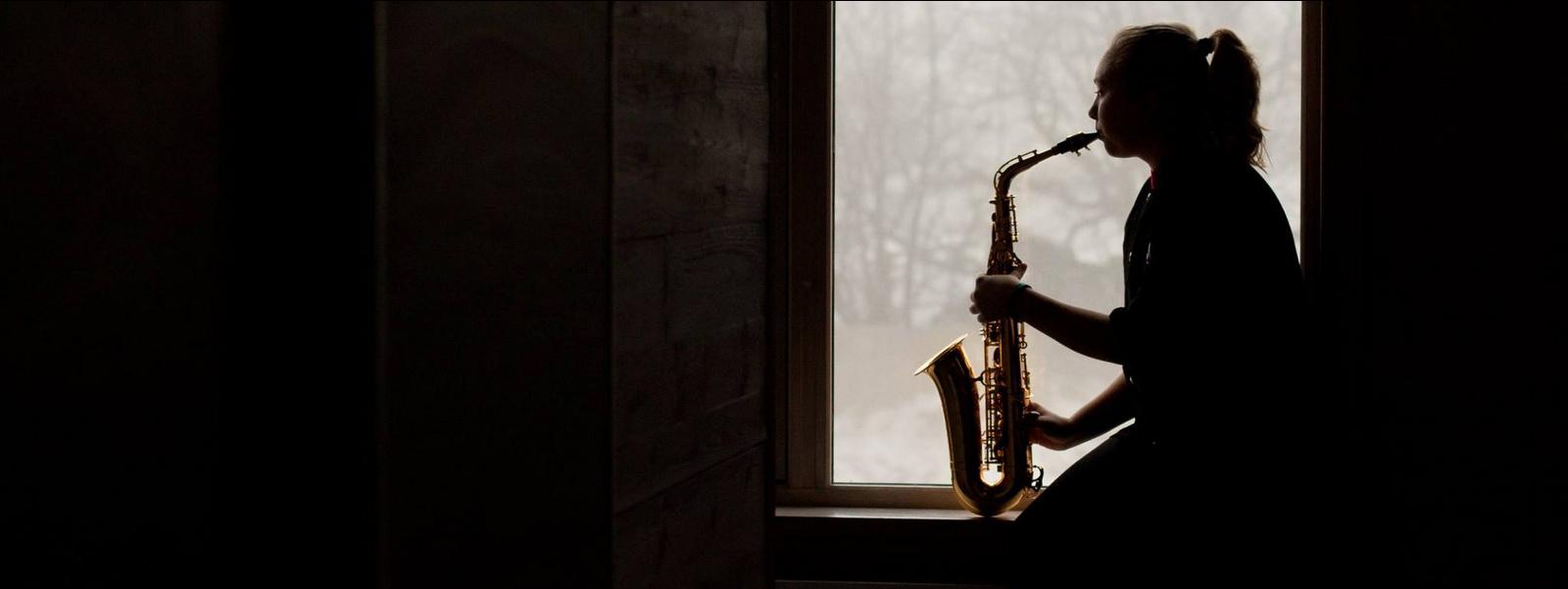 Mariell spiller saksofon