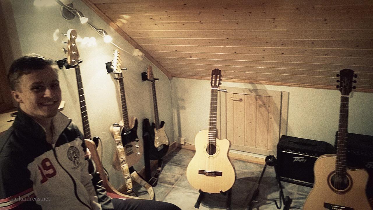 Ellertsen Studio - Nikolai med gitar 16.