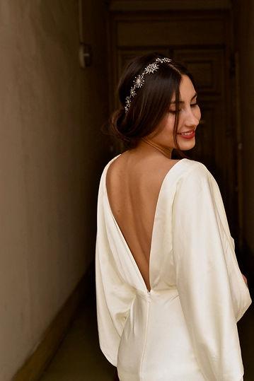 Headband céleste étoiles argenté sur mariée de dos souriante cheveux bruns
