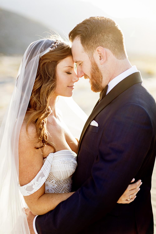 Mariée et Marié face à face robe de mariée avec voile et couronne accessoire cheveux