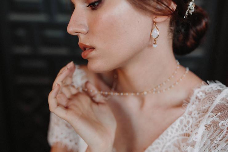 Visage de mariée avec collier et boucles d'oreilles