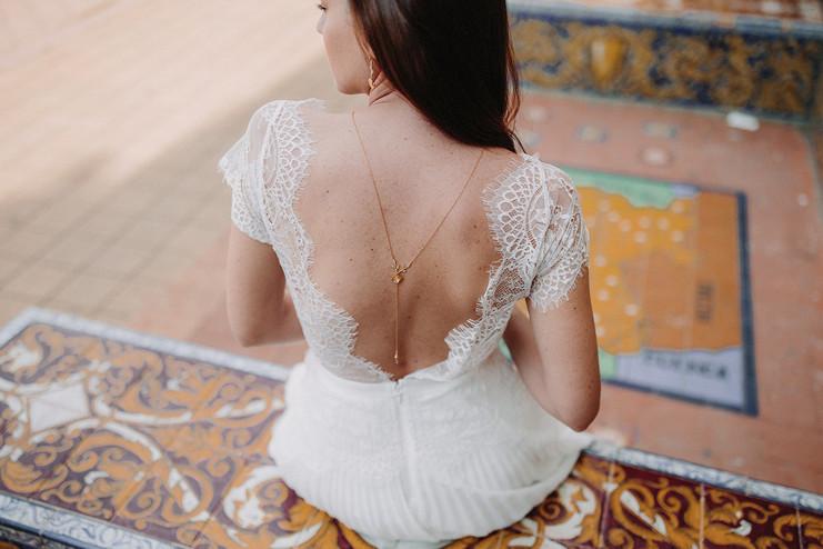 Mariée Assise sur la Plaza de Espana à Seville avec collier de dos
