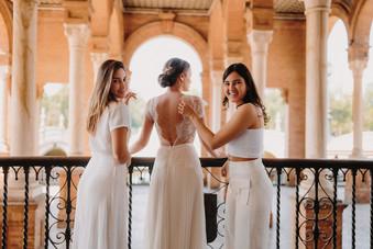 Preparation des accessoires sur la mariée avant prise photo