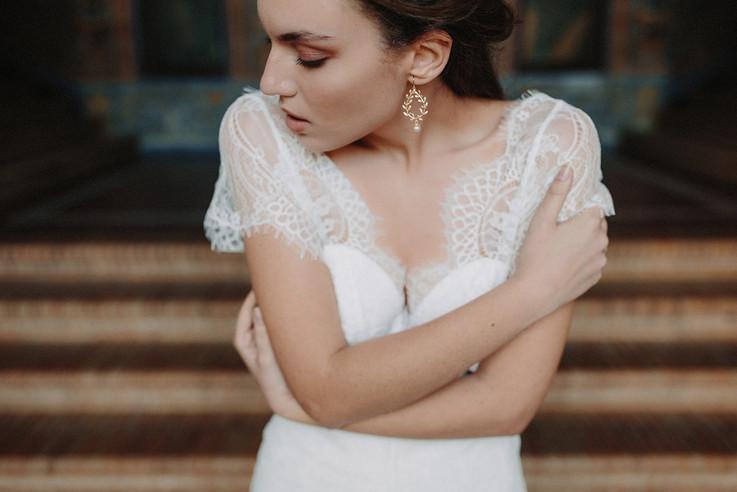 Boucles d'oreilles Atelier Lilac sur mariée s'enlaçant