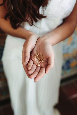 Boucles d'oreilles Atelier Lilac sur les mains d'une mariée