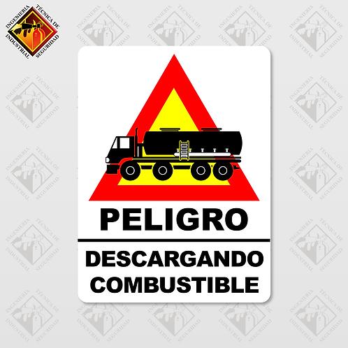 """Señal de """"PELIGRO - DESCARGANDO COMBUSTIBLE"""""""