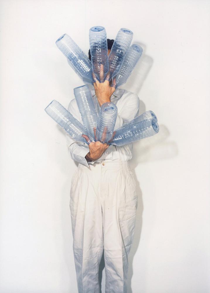 Le porte-bouteille, 1998