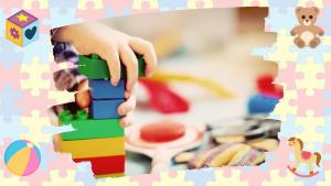 """<alt=""""blocos sendo empilhados pela mão de uma criança; fundo de peças coloridas de quebra-cabeça"""">"""