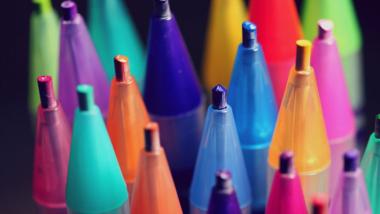 """<alt=""""diversos lápis coloridos lado a lado, cada um com uma cor, representando a diversidade"""">"""