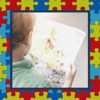 """<alt=""""menino segurando e olhando para um mapa"""">"""