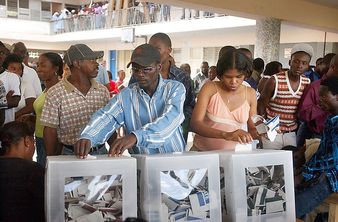 Haitians_voting_in_the_2006_elections.jp