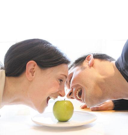 Dr. Schmidt beissen Apfel frei.jpg