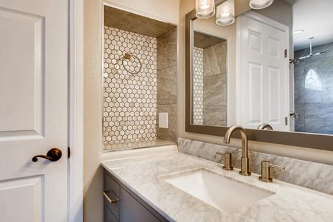 3817 White Castle St Las Vegas-large-006-009-2nd Floor Primary Bathroom-1500x1000-72dpi.jp