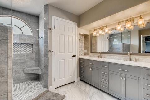 3817 White Castle St Las Vegas-large-004-004-2nd Floor Primary Bathroom-1500x1000-72dpi.jp