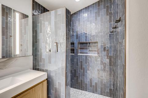 7651 Siesta Grande Ave Las-large-002-007-Primary Bathroom-1500x1000-72dpi.jpg